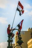 Uomo con le bandiere egiziane Fotografie Stock Libere da Diritti