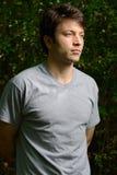 Uomo con le braccia piegate dietro Fotografie Stock