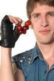 Uomo con le ciliege rosse Fotografia Stock