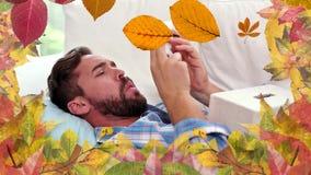 Uomo con le foglie di starnuto e di autunno di allergia video d archivio