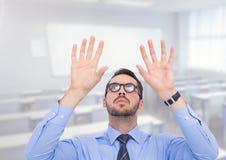 Uomo con le mani aperte della palma in aula Fotografie Stock Libere da Diritti