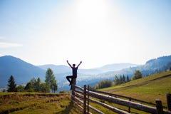 Uomo con le mani su sopra le montagne con cielo blu Fotografia Stock