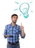Uomo con le nuove tecnologie digitali concetto, idee e soluzioni della compressa Fotografie Stock Libere da Diritti