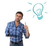 Uomo con le nuove tecnologie digitali concetto, idee e soluzioni della compressa Fotografie Stock