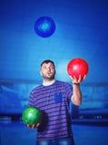 Uomo con le palle da bowling Fotografia Stock Libera da Diritti