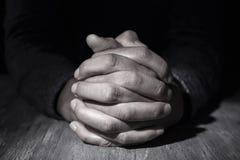 Uomo con le sue mani afferrate immagine stock libera da diritti