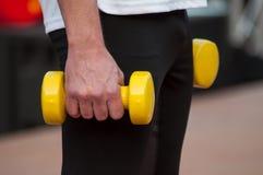 uomo con le teste di legno gialle in mani fotografia stock libera da diritti