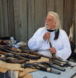 Uomo con le vecchie pistole alla fortificazione Ross 200 annivercary fotografia stock libera da diritti