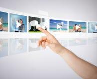 Uomo con lo schermo virtuale Immagine Stock