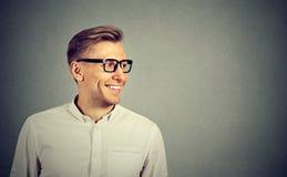 Uomo con lo sguardo sorridente di vetro al lato Fotografia Stock