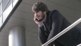 Uomo con lo Smart Phone, giovane uomo di affari in aeroporto Uomo d'affari professionale urbano casuale facendo uso del sorridere stock footage
