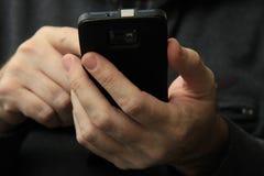 Uomo con lo smartphone Immagini Stock Libere da Diritti