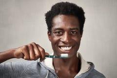 Uomo con lo spazzolino da denti Fotografia Stock Libera da Diritti