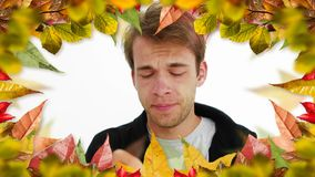 Uomo con lo starnuto di allergia e la struttura delle foglie di autunno video d archivio