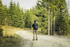 Uomo con lo zaino che fa un'escursione in primavera Immagini Stock