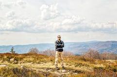 Uomo con lo zaino che fa un'escursione in primavera Fotografia Stock Libera da Diritti