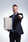 Uomo con molti punti dei libri voi Immagini Stock Libere da Diritti