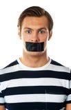 Uomo con nastro adesivo del condotto sopra la sua bocca Immagini Stock
