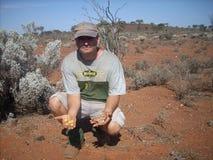 Uomo con oro naturale Fotografia Stock Libera da Diritti