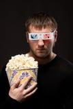 Uomo con popcorn Fotografie Stock Libere da Diritti
