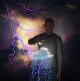 Uomo con potere sopra raincloud Fotografia Stock Libera da Diritti
