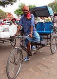 Uomo con Riksha a Jaipur, India Fotografie Stock Libere da Diritti