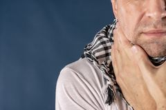 Uomo con sofferenza di malattia di influenza e di freddo dalla gola irritata Priorità bassa per una scheda dell'invito o una cong fotografie stock libere da diritti