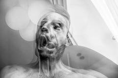 Uomo con soffocamento ed angoscia della morte, la sofferenza della schizofrenia ed il disturbo mentale, uomo pazzo che grida fotografie stock libere da diritti