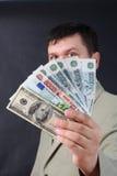 Uomo con soldi per una priorità bassa nera Immagine Stock Libera da Diritti