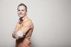 Uomo con sorridere attraversato braccia Fotografie Stock