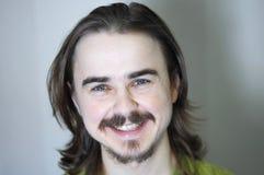 Uomo con sorridere della barba Fotografia Stock
