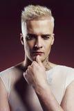 Uomo con taglio di capelli alla moda Immagini Stock