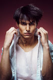 Uomo con taglio di capelli alla moda Fotografie Stock