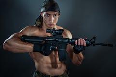 Uomo con un'arma automatica Fotografia Stock