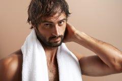 Uomo con un asciugamano dopo il bagno Immagini Stock Libere da Diritti