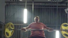 Uomo con un bilanciere stock footage