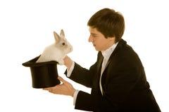 Uomo con un coniglio in cappello Immagini Stock