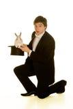 Uomo con un coniglio in un cappello superiore di seta Fotografie Stock Libere da Diritti