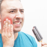 Uomo con un freddo del gelato di cibo di mal di denti. Fotografie Stock Libere da Diritti