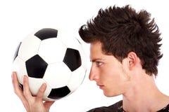 Uomo con un gioco del calcio Immagine Stock