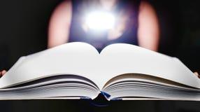 Uomo con un libro in sue mani Fotografia Stock Libera da Diritti