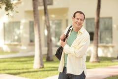 Uomo con un sacchetto di spalla Fotografia Stock
