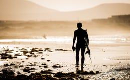 Uomo con un surf Fotografia Stock Libera da Diritti