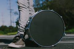 Uomo con un tamburo fotografie stock libere da diritti