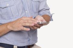 Uomo con un telefono cellulare Fotografie Stock Libere da Diritti