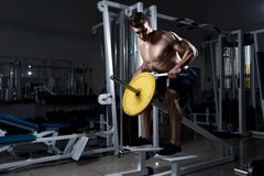 Uomo con un torso nudo che fa deadlift in una palestra Fotografia Stock Libera da Diritti