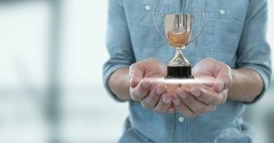 Uomo con un trofeo sulle mani immagini stock