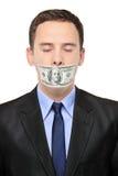 Uomo con una banconota dei 100 dollari sulla sua bocca Fotografia Stock Libera da Diritti