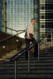 Uomo con una cartella che cammina per funzionare Fotografia Stock