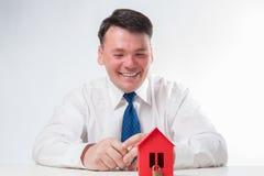 Uomo con una casa di carta rossa Immagine Stock Libera da Diritti